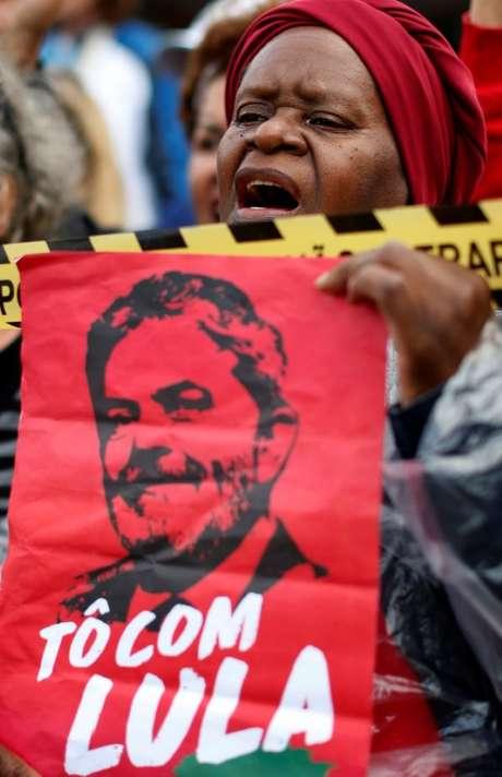 Apoiadora de Lula em frente à PF em em Curitiba, onde o ex-presidente está preso 17/4/2018  REUTERS/Rodolfo Buhrer