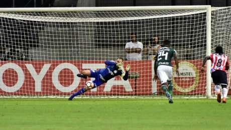 Fernando Prass pega o pênalti contra o Junior Barranquilla (Foto: EDUARDO CARMIM/PHOTO PREMIUM)