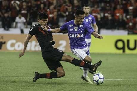 O jogador Pavez do Atlético-PR e Rafinha do Cruzeiro durante a partida válida pela Copa do Brasil 2018 na Arena da Baixada em Curitiba (PR), nesta quarta-feira (16).