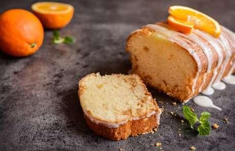 Bolo de laranja com calda açucarada