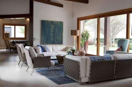 32. Poltronas para sala de estar brancas e azul. Projeto de Deborah Roig