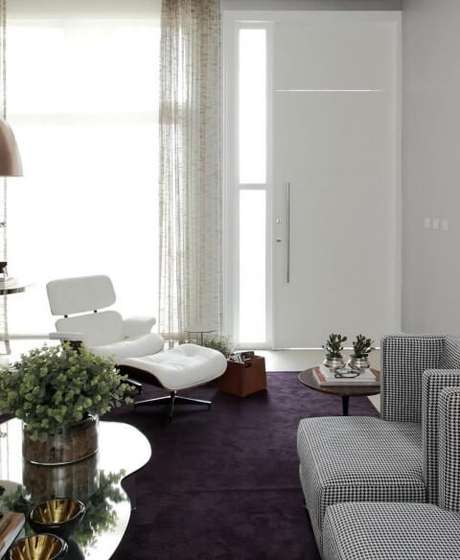 62. Poltronas para sala de estar branca Eames e xadrez. Projeto de Rodrigo Fonseca