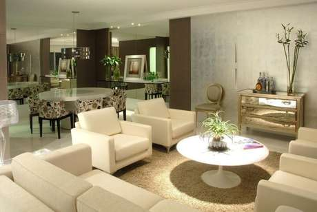 52. Poltronas para sala de estar brancas iguais combinando com o sofá. Projeto de Teresinha Nigri