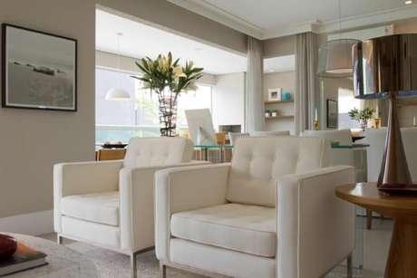 51. Poltronas para sala de estar brancas. Projeto de Marilia Veiga