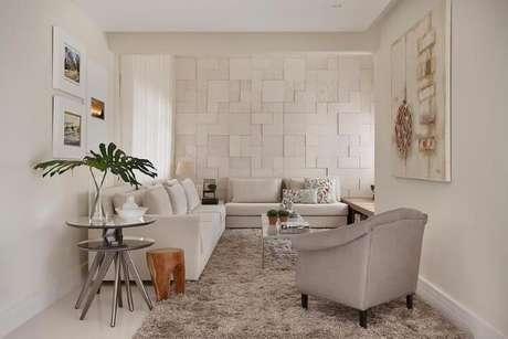 33. Poltrona cinza em sala com cores claras. Projeto de Cesar Valenccia