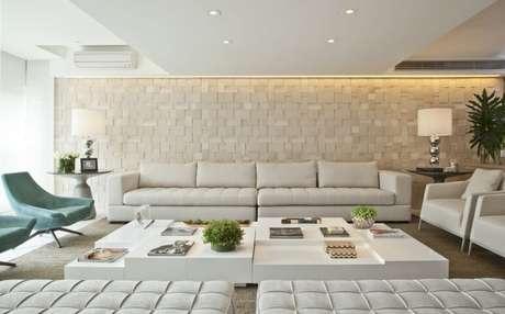 18. Poltronas para sala de estar coloridas e neutras em sala neutra. Projeto de Bianka Mugnatto