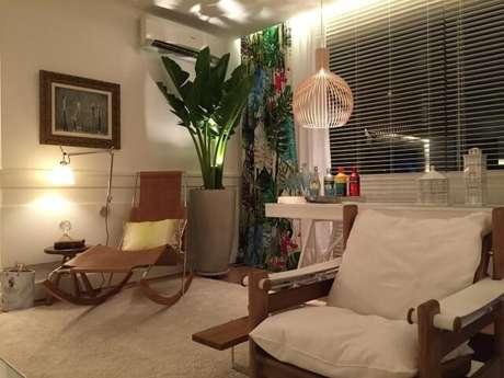 14. Poltronas para sala de estar de estilos diferentes, dando um charme a mais ao ambiente. Projeto de Rodrigo Maia