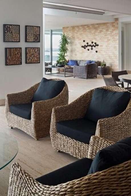 12. Poltronas para sala de estar de vime com assento preto. Projeto de Leticia Hammer Schmidt