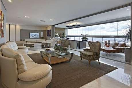 46. Poltronas para sala de estar estampadas contrastando com sofá claro. Projeto de Gislene Lopes