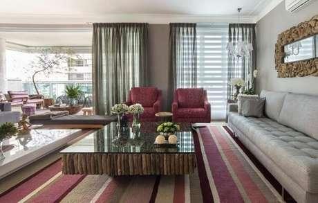 29. Poltronas para sala de estar estampadas na mesma paleta do tapete. Projeto de Orlane