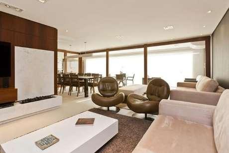 7. As poltronas para sala de estar giratórias são ótimas para ambientes integrados. Projeto de Conseil Brasil