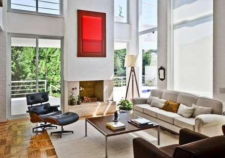 4. Poltron Eames como ponto focal na sala de estar. Projeto de Jannini Sagarra Arquitetura