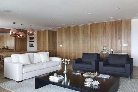 31. Poltronas para sala de estar pretas contrastando com o sofá branco. Projeto de A1 Arquitetura