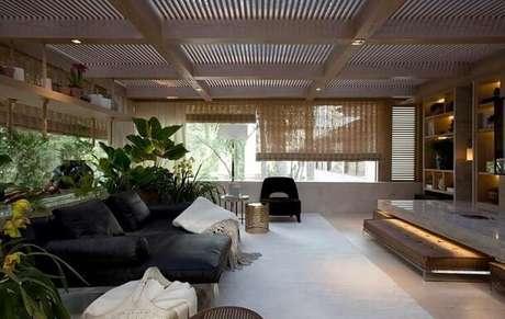 49. Poltrona preta combinando com o sofá. Projeto de Negrelli e Teixeira