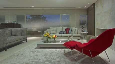8. Poltrona vermelha decorativa em sala neutra. Projeto de Jayme Bernardo