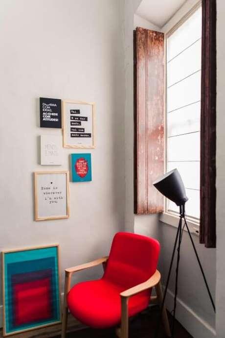13. Poltrona vermelha em sala com decoração moderna. Projeto de Studio Um Interiores