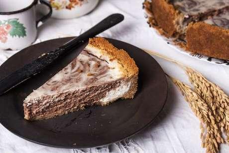 Fatia de torta marmorizada servida no prato preto