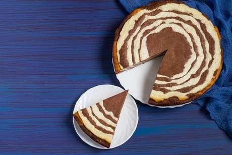 Torta marmorizada no fundo azul