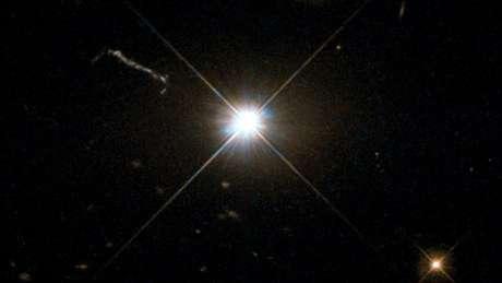 """""""Se tivéssemos esse monstro no centro de nossa Via Láctea, ele pareceria dez vezes mais brilhante que uma lua cheia e eliminaria todas as estrelas no céu"""", diz o astrônomo Christian Wolf."""