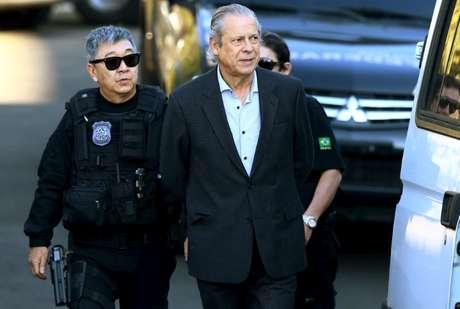 Ex-ministro José Dirceu é escoltado por policiais federais em Curitiba em 2015 31/08/2015 REUTERS/Rodolfo Buhrer