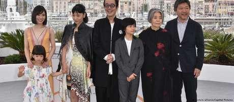 O diretor Hirokazu Kore-eda (à direita) e o elenco do filme em Cannes