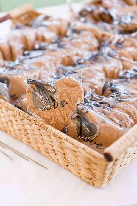 21. Biscoitos confeitados e decorados para lembrancinhas de casamento simples