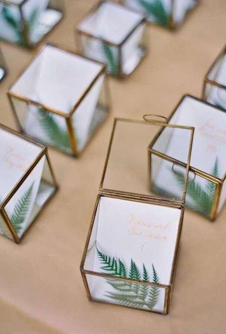 26. Linda inspiração com caixinhas de vidro como lembrancinhas para casamento