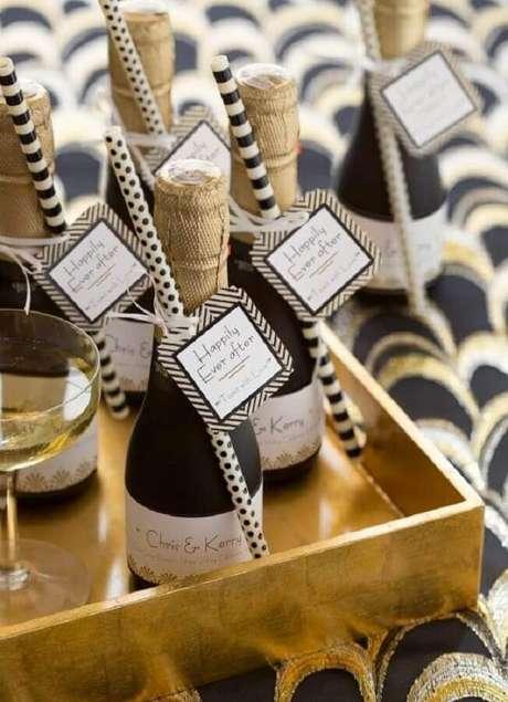 35. Garrafinhas de champanhe personalizadas para lembrancinhas de casamento
