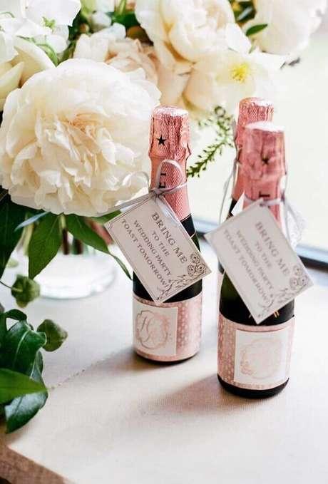 45. Mais um modelo de garrafinhas de champanhe como lembrancinhas para padrinhos de casamento