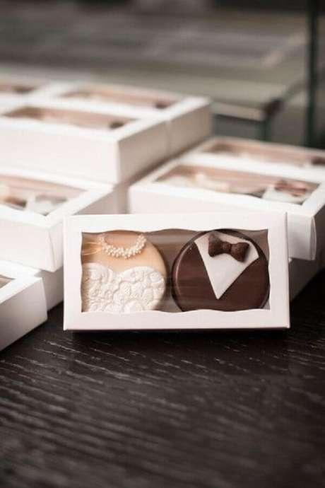 27. Linda caixinha com chocolates confeitados especialmente para se tornar lembrancinhas de casamento