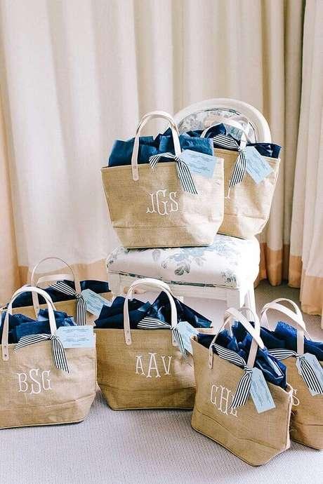 36. Em casamentos na praia é bem interessante fazer um kit com mimos para os seus convidados
