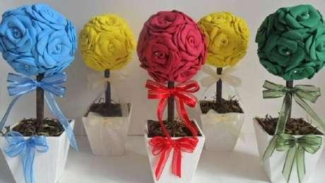 8. Vasinhos coloridos como lembrancinhas de casamento em EVA