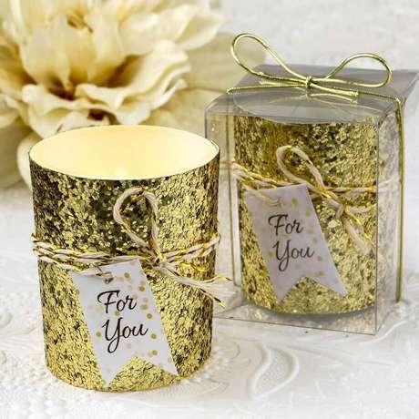 48. Aqui as velas ganharam um toque especial para se tornarem lindas lembrancinhas de casamento baratas