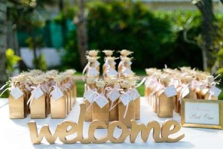 1. Mesa decorada com lembrancinhas para casamento