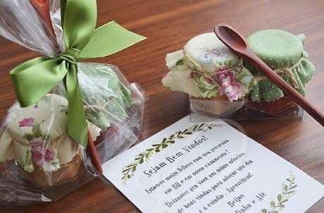 54. Distribua potinhos de doces para adoçar a vida de seus convidados