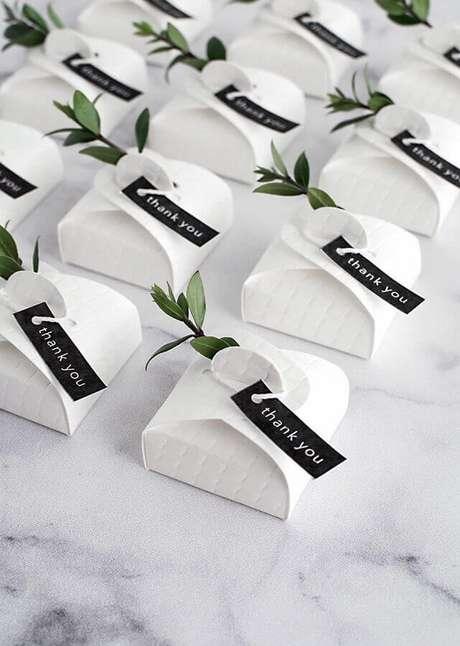 57. Lindas e sofisticadas caixinhas de bem-casados para entregar como lembrancinhas para casamento