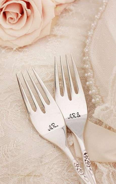 40. Lembrancinhas personalizadas são sempre as mais divertidas, que tal fazer os talheres com as iniciais do casal?