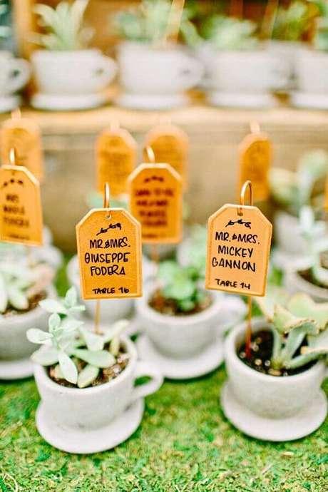 24. As suculentas de lembrancinhas para casamento também podem vir dentro de pequenas xícaras