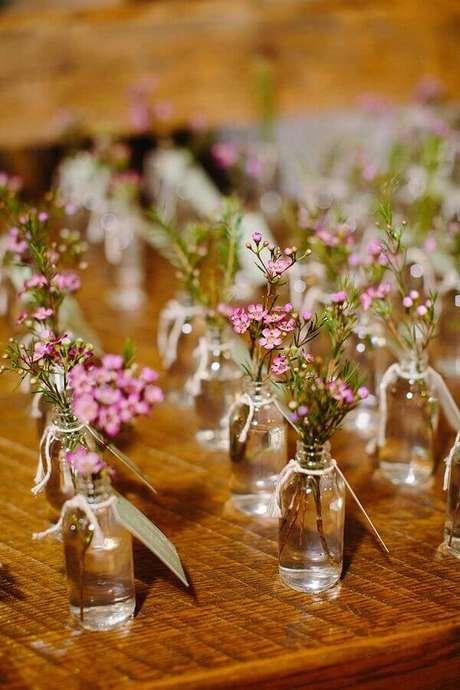 9. Modelos de vasinhos delicados como lembrancinhas de casamento simples