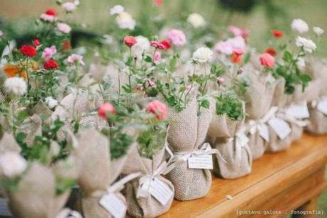 61. Linda embalagem rústica de vasinhos para lembrancinhas de casamento simples