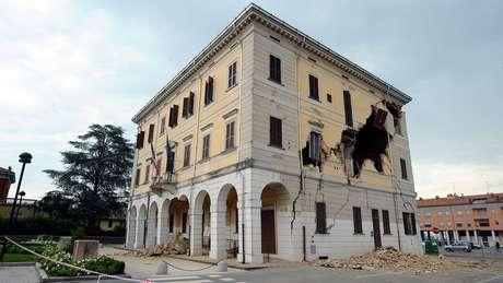 Ao contrário de construções modernas próximas, a torre não sofreu danos com terremotos