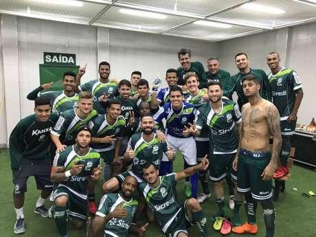 Jogadores do Verdão comemoram vitória contra Tupi (Foto: Divulgação / Luverdense)