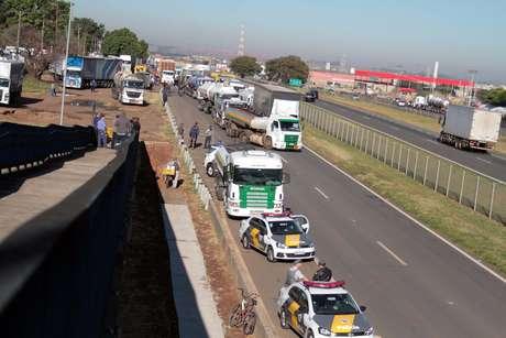 Caminhoneiros fazem protesto contra o aumento do preço do diesel na manhã desta segunda-feira (21), na Rodovia Zeferino Vaz (SP-332), em Paulínia (SP).