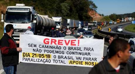 Caminhoneiros bloqueiam a BR-116 durante greve em Curitiba 21/05/2018 REUTERS/Rodolfo Buhrer