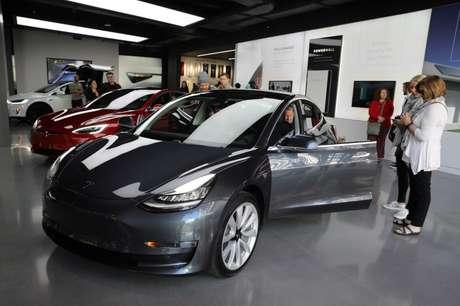 Tesla Model 3 em showroom em Los Angeles, Califórnia, EUA 12/01/2018 REUTERS/Lucy Nicholson