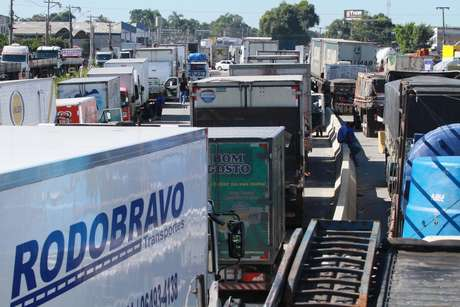 Deste o início desta manhã, os motoristas fazem atos nas principais estradas federais de acesso ao Rio de Janeiro, ocupando as pistas laterias de trechos das principais rodovias que cortam o estado.