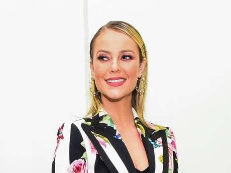 Paolla Oliveira usou grampos no cabelo, look Dolce & Gabbana e joias Andreia Conti na pré-estreia do filme 'Alguém Como Eu', no Cinemark Iguatemi