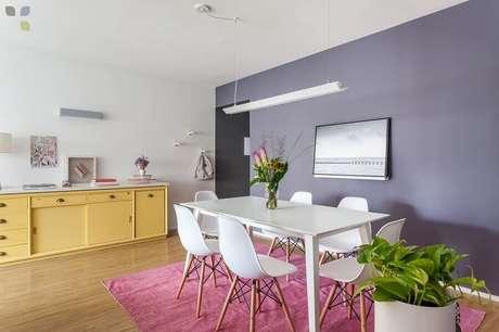 5. Decoração com buffet para sala de jantar com paredes roxas