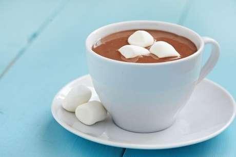 Xícara de chocolate quente com leite condensado servido com marshmallows