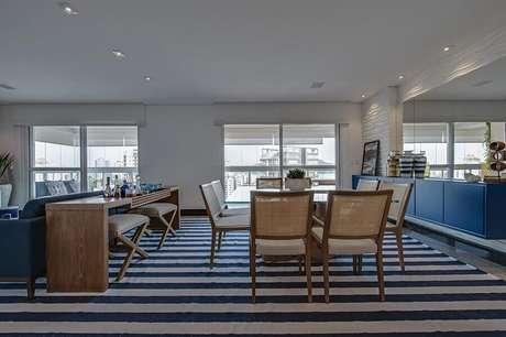 24. Decoração estilo navy com buffet azul para sala de jantar ampla